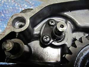 タコメーターギアドライブシャフトのストッパーのネジがはまった状態